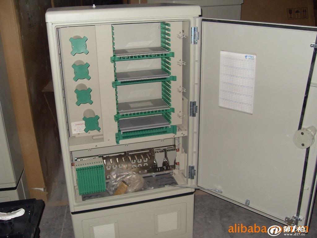 供应室外SMC光缆交箱288芯整机288芯空箱体 288芯光缆交接箱(GPX97-02) 外形尺寸:( 高  宽  深) (mm) 箱体:(1100760320) 底座:(350758290) 特点: a . 前后开门,门锁有圆形(PVC)、波纹形(锌合金)、条形锁(生久)三种。底座侧板又有开窗和不开窗可选。 b . 用于光缆交接箱,可配288芯机架(配12芯熔配托盘)。 1.