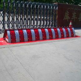 中国研发生产批发码头安检专用液压翻版路障机