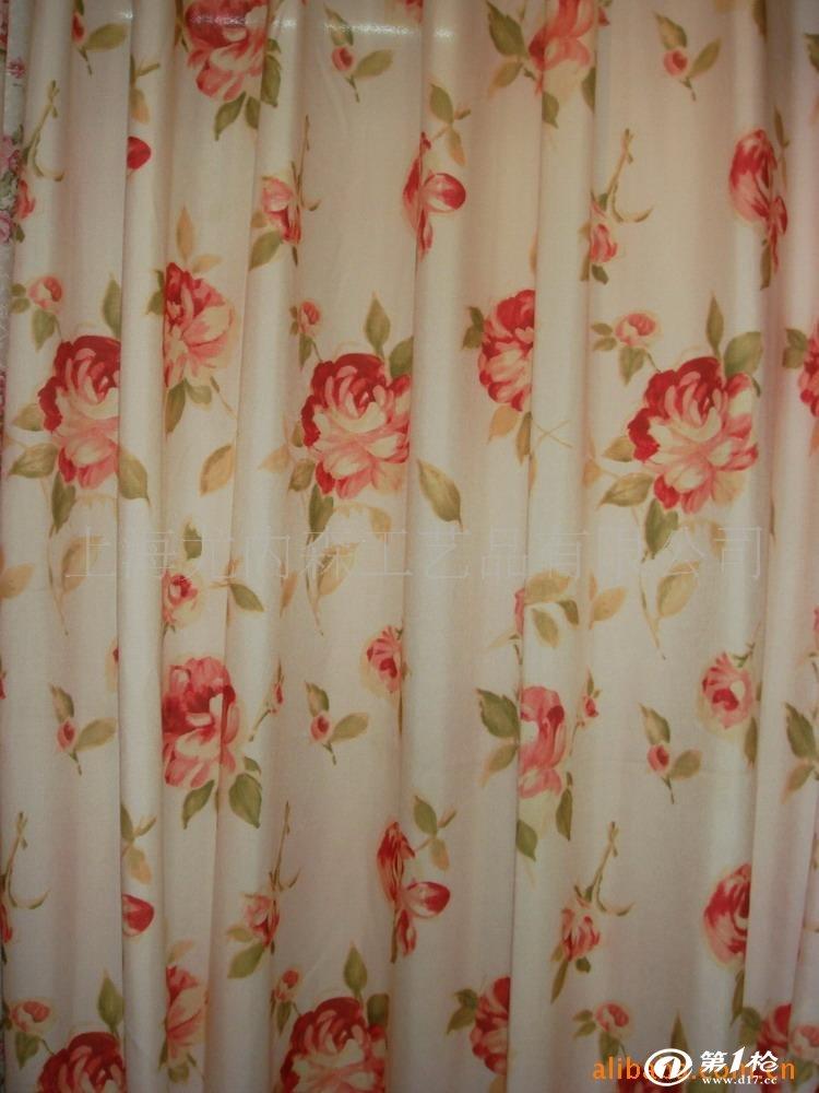 窗帘的装饰知识 在窗帘所有的细节设计中,帘头的领袖地位无法撼动。它的造型直接决定了窗帘的风格,或繁复华丽、或简约理性、或感性浪漫、或知性优雅,花边、束带的设计都会受到它的影响,追求与之相配的效果。所以,想拥有一款称心如意的窗帘,选择帘头样式是最重要的工作之一。|装修点评网80018.