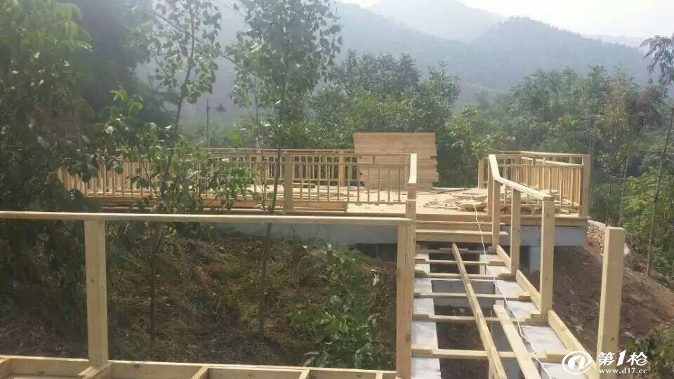 木栈道是为人们提供了行走、休息、观景和交流的多功能场所。由于木板材料具有一定的弹性和粗朴的质感,因此行走其上比一般石铺砖砌的栈道更为舒适。多用于要求较高的居住环境中。 制作工艺:现代木栈道一般采用防腐木来制作,大多以樟子松为主,因为这个木材是性价比比较高的材料,也有用桉木、柚木、冷杉木、硬杂木来制作的,但是量比较少。木栈道由表面平铺的面板(或密集排列的木条)和木方架空层两部分组成。木面板其厚度要根据下部木架空层的支撑点间距而定,一般为3-5cm厚,板宽一般为10-20cm之间。 防腐木栈道的优点<防