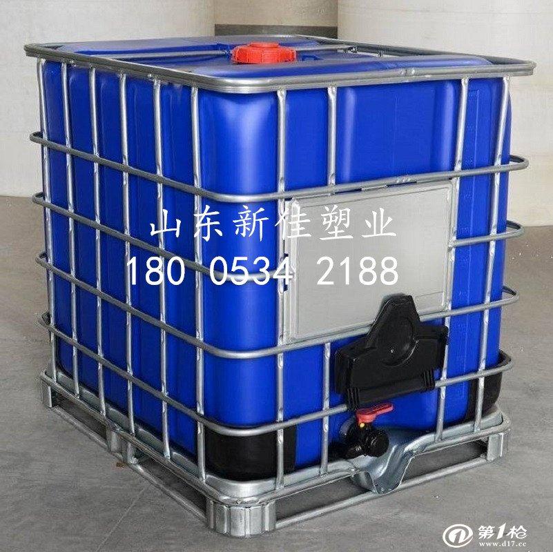 IBC吨桶的详细介绍 IBC吨桶尺寸 宽1000mm 长1200mm 高1150mm 本公司供应的IBC集装桶的内容器采用全新的高密度聚乙烯材料,外护套为镀锌钢管焊接的网格,底盘采用四向进叉型全钢型托盘,放置稳固。 产品优点: 1、强度高,耐腐蚀,卫生性好,安全可靠。 2、节约占地面积 30% 。 3、结构合理,牢固,可用铲车直接装卸,可以码垛。 4、放液方便迅速,能够反复周转使用,有助保护环境。 用途: 广泛用于各种各类和类等液体包装,也用于食用液体包装。 外部框架和托盘特点:产品的外框架和托盘采用