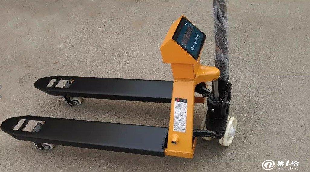海南移动式电子叉车秤 使用基本功能:  电子叉车秤配置了可充电电池和充电器,每充一次电可适用55-60小时,充电时间为8-12小时。 结构坚固,秤台上任意位置均称量准确。 外部精度1/15000,秤重内部灵敏度达1/600,000。 具有秤重值保留功能。 采用充电、插电两用方式供选择。 具有自动校正之功能,确保精准度。 可调整零点范围及防震动软件滤波功能。 具有扣重、预先扣重、自动扣重设定功能。 具有毛重、净重切换功能。 具有kg、g、lb、港斤、台斤、百分比、PCS、秤重单位供选择。