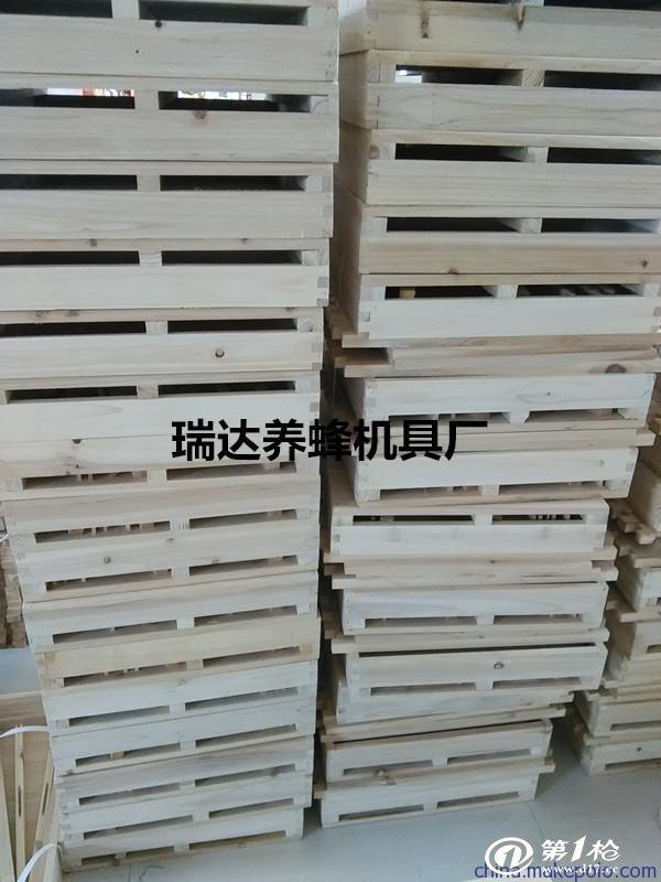 标准十框蜂箱尺寸:(长*宽*高) 巢箱外尺寸41cm51cm26CM 巢箱内尺寸37cm47cm26CM 继箱外尺寸41cm51cm25cm 继箱内尺寸37cm47cm25cm 箱盖尺寸45cm55cm8cm   蜂箱            配件说明:我厂生产的标准型十框蜂箱所含配件有:箱底1块、巢箱1个、继箱1个、箱盖1个、大隔板1块、〔实木隔板〕小隔板一块、巢门挡条1根、箱盖通风挡条2根、箱底托条2根、纱盖框1副 注:所有宝贝均实物拍摄,网络购物色差不可避免。显示器分辨率或设置不同拍