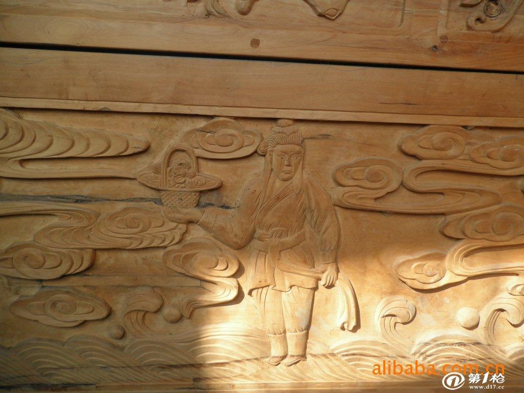 棺邦的两侧雕刻有八仙过海的立体图案.