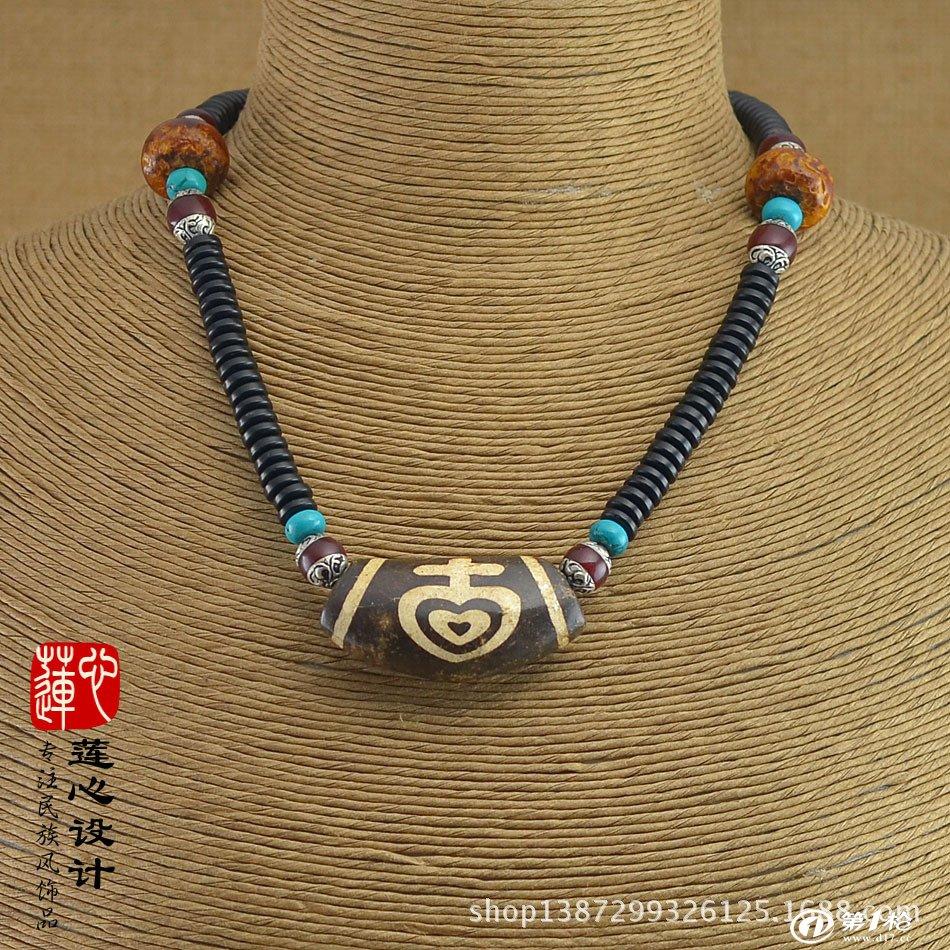 椰壳佛珠是果实类佛珠的重要代表,古来即为汉藏佛教所喜爱。椰,或作枒,是一种生长在热带地区的常绿乔木。果实叫椰子,可用来制造佛珠。据清代袁枚《随园诗话》中说:近来习尚,丈夫多臂缠金镯,手弄椰珠。赵棻在《滤月轩文集》中亦有相同的记载:乾隆年间,户部侍郎赵秉冲,精选一串椰子数珠,珍比千狐之腋。由此可知用椰壳(蒂)来制造佛珠在清初已很普遍,有数百年的历史了。椰壳,植物本质上的椰壳 (《纲目》) 来源为棕榈科植物椰子的内果皮。