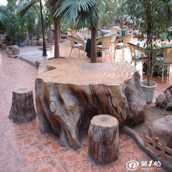 仿真树木的介绍:一种仿真树木,属于人造植物技术领域。解决了仿真树木重量大、强度低的缺点,它包括树干、插接枝干、枝叶和底部的固定座,其特征在于树干的内部设有空心管,空心管和底部的固定座焊接,空心管的外部包覆高分子材料仿真树皮层。树干内的空心管外壁上插接加强筋,加强筋由高分子材料防真树皮层包覆。该实用新型质量轻、强度高,长期使用不会发生变形,而且各种形状的树干均可方便加工,可广泛应用于城市道路、广场和其他公共场所以及建筑物内的装饰美化。