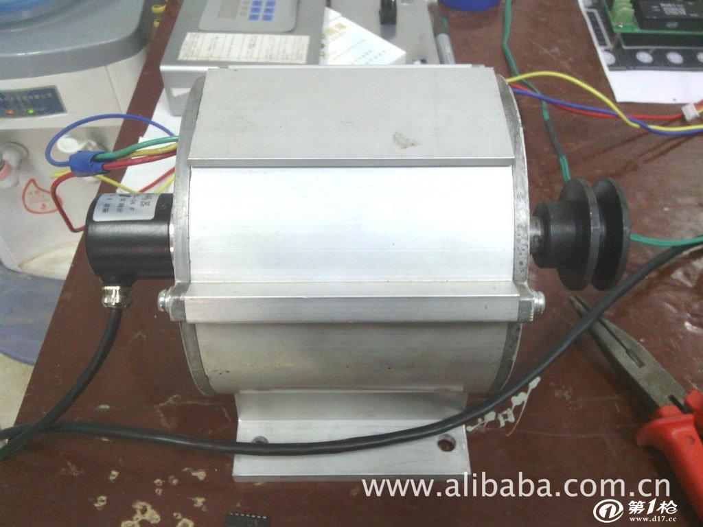 本产品是一款新型的电梯门机一体化变频控制器,具有节能、运行平稳、抗干扰能力强、门宽自学习等功能,而且具有安装简单、操作方便和免维护等特点。 1、产品简介: l 产品外形简洁,空间尺寸35cm18cm20cm。 l 产品为机电一体化结构,主体由电机和控制器组成。 l 四个螺钉紧固安装。 l 额定电压220V,频率50HZ。 2、产品特点: l 免双稳态开关,免定期维护; l 四个螺钉快速安装; l 调试步骤简单,安装调试时间小于10分钟; l 可靠性高; l 低成本; 本产品为独立编码器型,整套销售!
