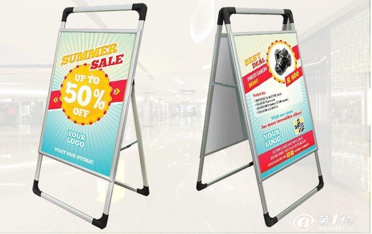 A型开启式铝合金海报架 海报架简介 商场、超市、酒店门口,海报架[1]随处可见,海报架是一种展览展示器材,用来传达促销、广告、会议或者其他一些信息。 分为单面海报架,双面海报架,单面海报夹,双面海报夹,带楣头的单面海报架,带楣头的双面海报架,全铝海报架,单面开启式海报架, 铁框海报架,铝合金海报架,双面开启式海报架,单面固定海报架,双面固定海报架,泰式海报架,L形海报架 海报架的用途 各式系列海报架,美观大方,独特的外观,流畅的线条,适合用于地产界,房屋出租,品牌宣传、会议装饰、酒店大门口、超市特卖等场所