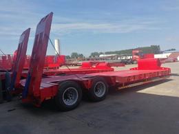 供应低平板半挂车爬梯式3米宽挖机板拖车