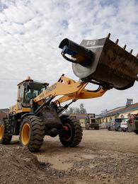 适合山区使用的铲车安装搅拌机不用电省人工的搅拌斗