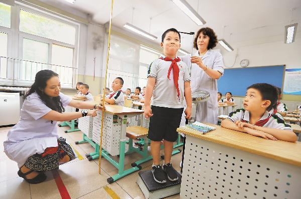 桌椅高度影響孩子視力 新學期別忘了給學生調桌椅高度
