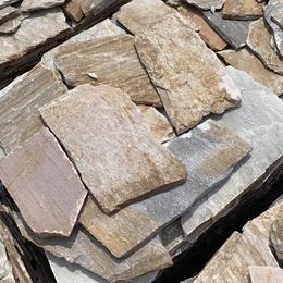 供应河北天然板岩乱形片石毛石 河道护坡园林地面挡土墙浆砌片石