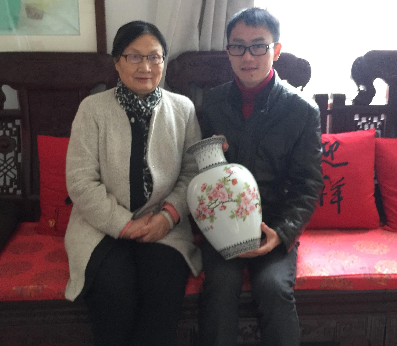 景盛瓷业总经理与中国工艺美术大师徐亚凤合照
